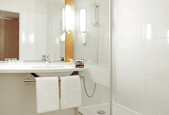 ibis-senlis-salle-de-bain-douche INT